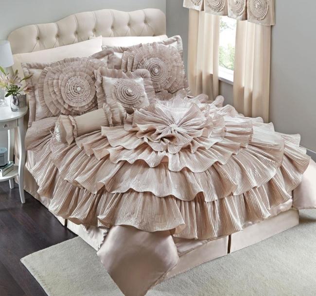 Drama comforter set