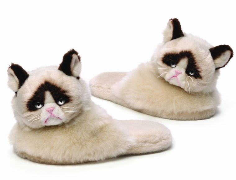 grumpy-cat-plush-slippers