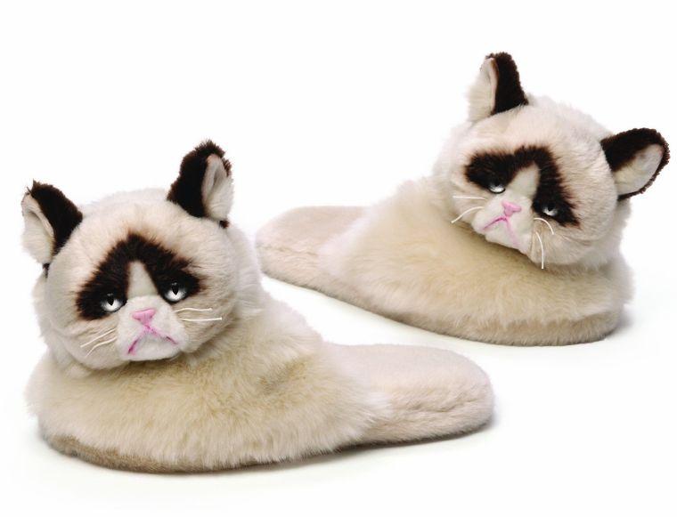 grumpy-cat-plush-slippers